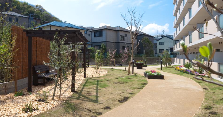 敷地内にあるお庭は日当たりも良く、快適なひとときをお過ごしいただけます。